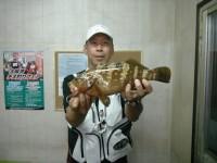 <p>和泉市の松原様、沖の白灯で、36.5cmのアコウ</p>