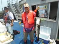 <p>大阪市の平山様、沖の白灯で、77cmまでのスズキ2匹</p> <p>ウキ釣り 餌シラサエビ</p>