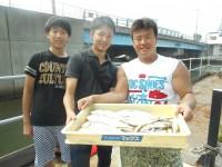 <p>大阪市の加藤様(3人)沖の一文字北で、ツバス37cmまで6匹・アジ 20匹・サバ 2匹</p> <p>ルアー</p>