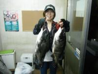<p>沖一文字では、グレ、20cm程度のアジ等が好釣です</p> <p>和泉市の松原様、旧赤灯で、45cm程度のチヌ 2匹</p> <p>落とし込み イガイ</p>