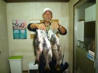 <p>和泉市の松原様、沖の一文字北で、チヌ48.5cmまで3匹</p> <p>落とし込み  餌イガイ</p>