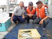 <p>滋賀県からお越しの山本様(3人)沖の一文字北で、ツバス40cmまで4匹</p> <p>のませ釣り 餌イワシ</p>