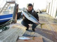 <p>岸和田市の真鍋様、沖の北で、78cmのメジロ・45cmのハマチ</p> <p>アジの飲ませ釣り</p>
