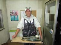 <p>平野区の雨島様、沖の一文字白灯で活けアジの、のませ釣りで</p> <p>45cmのハマチ・49cmのハネ釣られました!!</p> <p>&nbsp;</p>