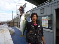 <p>フィッシングマックス泉大津店の田端様</p> <p>沖の北で ツバス42センチ</p> <p>ルアーでの釣果です。</p>