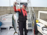 <p>堺市の菅ちゃん、沖の一文字北で、メジロ72cm1匹・タチウオ 指3本サイズまで5匹</p> <p>メジロ(のませ釣り・アジ)タチウオ(ウキ釣り・キビナゴ)</p>