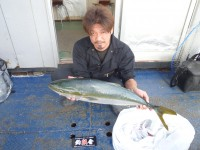 <p>釣りクラブ釣ハン会の 徳沢様 沖の北で</p> <p>メジロ80センチ アジの飲ませ釣り</p> <p>丸々と太った立派なメジロでした</p>