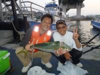 <p>富田林市の神澤様、沖の一文字北で、メジロ62cm1匹・ハマチ40cm1匹</p> <p>のませ釣り 餌アジ</p> <p>コメント・土井師匠のおかげで釣れました!!</p>