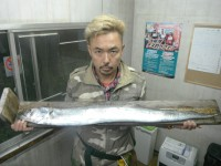 <p>松原市の綿田様、「沖の一文字南(内側)」で釣果写真で今年最大</p> <p>1350グラムのメートル越えドラゴン太刀魚GETです!!!</p> <p>赤キビナゴのウキ釣りでの釣果です!</p>