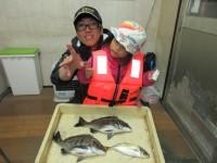 <p>堺市の高野様、中波止2番でオキアミのフカセ釣りで</p> <p>34cmまでのチヌ2匹と26cmの大アジです!!</p>