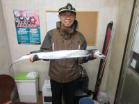 <p>京都府の田中様、沖の一文字カーブで、キビナゴのウキ釣りで</p> <p>メートル超えの大型タチウオGETです!!</p> <p>夜の釣果です</p>