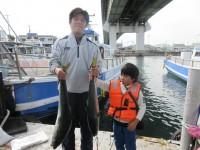 <p>太子町の森本ファミリー(4人)沖の一文字北で、サワラ79cm1匹・ブリ91cmまで2匹</p> <p>のませ釣り 餌アジ</p>