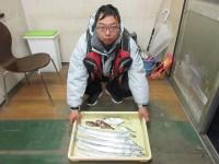 <p>岸和田市の三田様、沖の北で、約28cmの大アジと6匹の太刀魚</p>