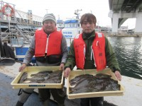 <p>堺市の森口様・大阪市の金本様</p> <p>沖のカーブで、33~35cmのカレイをお2人で、16匹・31cmのアイナメ</p> <p>アオイソメ</p>