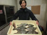 <p>岸和田市の田端様、沖の一文字カーブで、カレイ33cmまで6匹</p> <p>投げ釣り 餌アオイソメ</p>