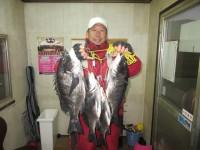 <p>和泉市の松原様、中波止3番で48cmまでのチヌ4匹!</p> <p>オキアミのフカセ釣りです!</p>