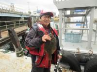 <p>大阪市の宮崎様、沖のカーブで、33.5cmのカレイ</p> <p>投げ釣り 餌青イソメ</p>