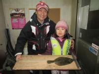 <p>大阪市の金沢あやかちゃん、本日も釣れました!!</p> <p>32.5cmのカレイ 投げ釣り 餌青イソメ</p>