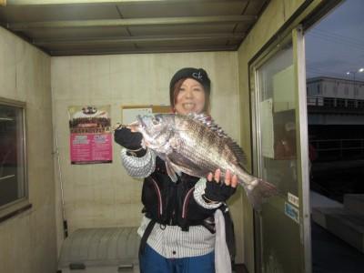 <p>和泉市の松原様(奥様)沖の一文字白灯で、チヌ 46cm 1匹</p> <p>落とし込み 餌パイプ</p>