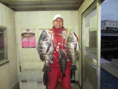 <p>和泉市の松原様、中波止2番で、チヌ 47cmまで3匹</p> <p>フカセ釣り 餌オキアミ</p>