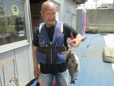 <p>寝屋川市の那須様、沖一文字白灯で</p> <p>38cmのチヌ・27cmのアブラメです!!</p> <p>ウキ釣り、餌・シラサエビ</p>