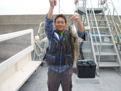 <p>堺市の吉松様、沖一文字南で</p> <p>60cmのハネ・45cmのチヌです!!</p> <p>釣り方・エビ撒き釣り</p>