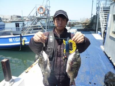 <p>和泉市の天満様、沖一文字北で</p> <p>40cmまでのチヌ2匹です!!</p> <p>オキアミのフカセ釣り</p>