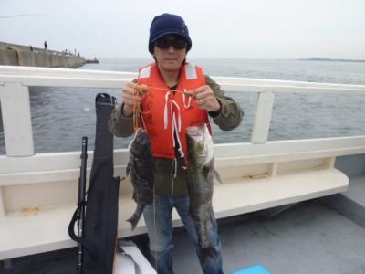 <p>摂津市の小坂様、沖一文字白灯(南)で</p> <p>60cmのスズキ・44cmのチヌです!!</p> <p>釣り方、エビ撒き釣り</p>