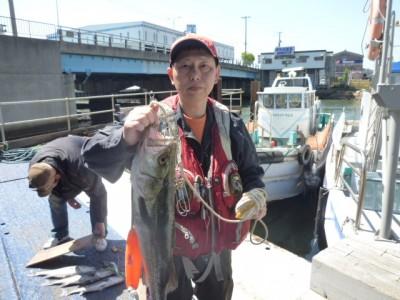 <p>東大阪市の高岡様、沖一文字南で</p> <p>69cmのスズキです!!</p> <p>釣り方、エビ撒き釣り</p>