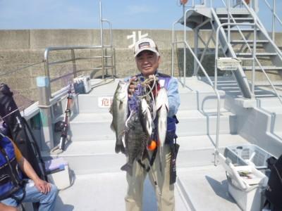 <p>東大阪市の今中様、沖一文字北で</p> <p>53㎝までのハネ、チヌ4匹です!!</p> <p>釣り方・エビ撒き釣り</p>