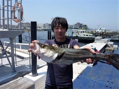 <p>滋賀県の高月様、沖一文字北で</p> <p>64㎝のスズキです!</p> <p>釣り方・エビ撒き釣り</p>