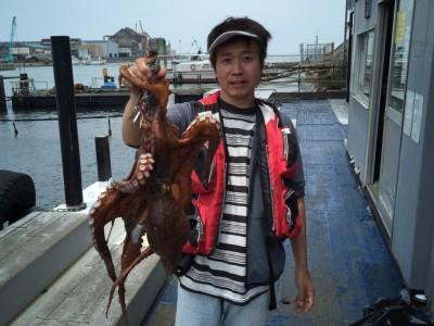 <p>東大阪市の中谷様、旧一文字赤灯で</p> <p>3キロオーバーまでのタコ5匹</p> <p>釣り方・テンヤ</p>