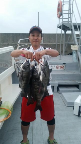 <p>泉大津市の喜多様、沖の一文字白灯で、チヌ 46cmまで10匹</p> <p>落とし込み 餌イガイ</p>
