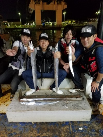 <p>大阪市の森本様(4人)沖の一文字北で、タチウオ 指4本まで7匹</p> <p>ウキ釣り 餌キビナゴ</p>