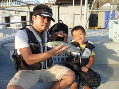 <p>大阪市の高田一之進くん、旧の一文字赤灯で、サゴシ 36㎝ 1匹</p> <p>飲ませ釣り 餌アジ</p>