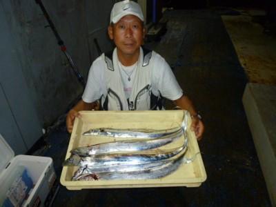 <p>和泉市の松原様、沖の一文字北で、タチウオ 指3本半まで5匹</p> <p>引きずり 餌ドジョウ</p>