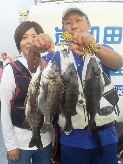 <p>和泉市の松原夫婦、沖の一文字北で、チヌ 43㎝まで4匹</p> <p>落とし込み 餌イガイ</p>