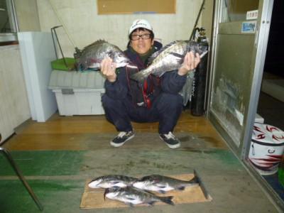 <p>堺市の高野様、沖の一文字白灯で、チヌ 46cmまで36匹</p> <p>紀州釣り 餌オキアミ・コーン</p>