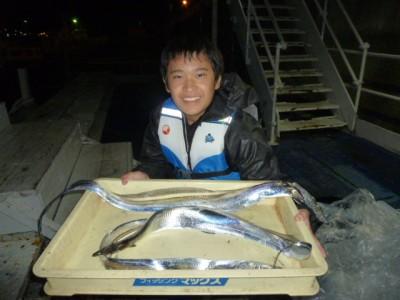 <p>生駒市の橋村哉汰くん、沖の一文字北で、タチウオ 指5本まで3匹</p> <p>ウキ釣り 餌サバの切り身</p>