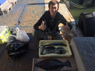 <p>東大阪市の大北様、沖一文字北で</p> <p>ヒラメ59㎝・サゴシ54㎝・アオリイカ25cm(胴長)・コウイカ</p> <p>活けアジの、のませ釣り</p>