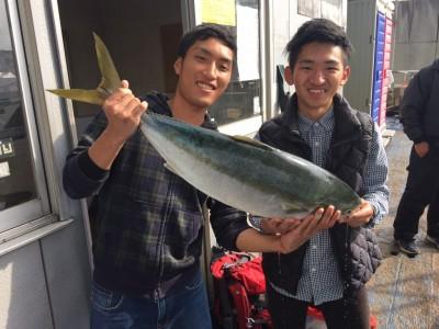 <p>大阪市の小西様、沖一文字北で</p> <p>ブリ86㎝</p> <p>のませ(活けアジ)</p>