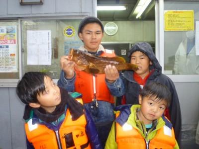 <p>泉大津市の堀田様、旧の一文字白灯で、アコウ 43㎝ 1匹</p> <p>のませ釣り 餌アジ</p>