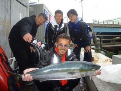 <p>堺市の釣魬會 会長様、沖の一文字北で、ブリ 94㎝ 1匹</p> <p>のませ釣り 餌アジ</p> <p>コメント:4号ラインで釣りました!!</p>