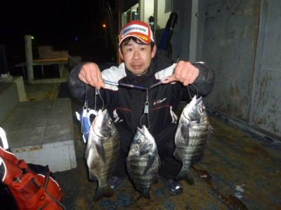 <p>堺市の善ちゃん、中波止2番で、チヌ 37㎝~40cmまで3匹</p> <p>フカセ釣り 餌オキアミ・コーン</p>