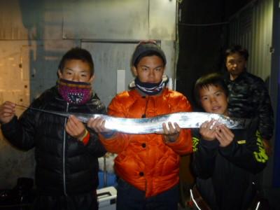 <p>泉大津市の堀田様、沖の一文字北で、タチウオ 指5本 1匹</p> <p>のませ釣り 餌アジ</p>
