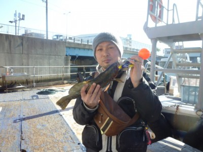 <p>大阪市のちょんまげ食堂 釣り部、旧の一文字赤灯で、アイナメ 40cm 1匹</p> <p>ウキ釣り 餌シラサエビ</p>