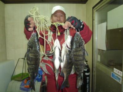 <p>和泉市の松原様、中波止2番で、チヌ 42cmまで4匹</p> <p>フカセ釣り 餌オキアミ</p>