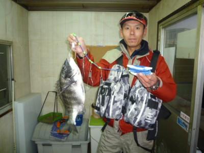 <p>和泉市の川崎様、中波止2番で、チヌ 44cm 1匹</p> <p>フカセ釣り 餌オキアミ</p>