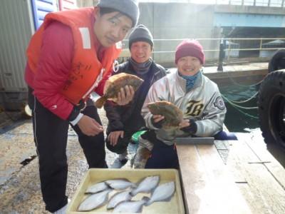 <p>和泉市の久田様(3人)沖の一文字北で、カレイ 33㎝まで9匹</p> <p>投げ釣り 餌青イソメ</p>