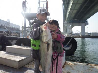 <p>大阪市のなおとくん・ゆらちゃん、沖の一文字白灯で、スズキ 61㎝ 1匹</p> <p>ウキ釣り 餌シラサエビ</p>